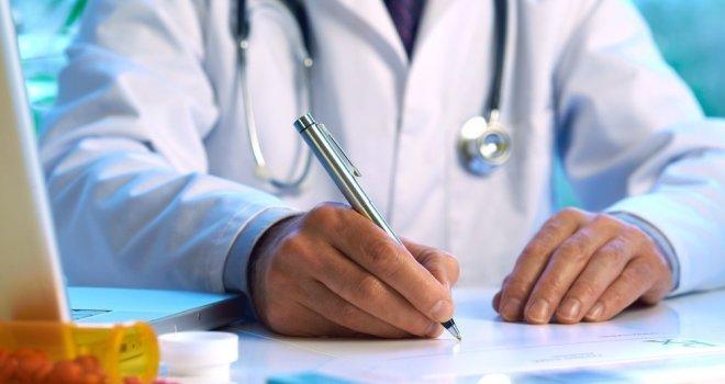 врач записывает данные о пациенте