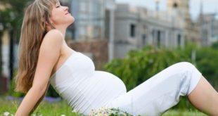 беременная на лужайке