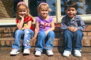 дети сидят на камнях